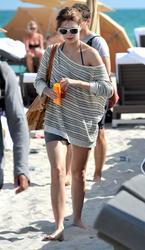 http://img14.imagevenue.com/loc248/th_311862784_Mischa_Barton_Bikini_Candids_on_the_Beach_in_Miami_December_27_2011_121_122_248lo.jpg