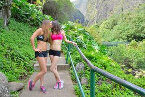 http://img14.imagevenue.com/loc33/th_557961211_Mary_and_Aubrey_Hawaii_II_Hiking_Lao_Valley_22_123_33lo.jpg