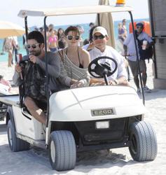 http://img14.imagevenue.com/loc385/th_312591368_Mischa_Barton_Bikini_Candids_on_the_Beach_in_Miami_December_27_2011_211_122_385lo.jpg