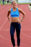 Sina Schelke Can't say that I know too much about this lady other than she is a German sprinter that runs the 200M and 400M and has one heck of a set of abs. Foto 51 (Сина Schelke Нельзя сказать, что я слишком много знаю об этой даме другим, чем она является немецкий Sprinter, который запускает 200M и 400 метров и имеет одну щеколду набор ABS. Фото 51)