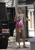 Alessandra Ambrosio Bikini Candids in Front of Her Home Foto 440 (Алессандра Амброзио Bikini Candids напротив своего дома Фото 440)